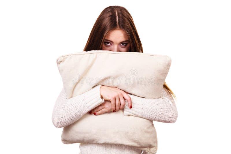 Slaperige vrouw vermoeid met hoofdkussen dat bijna in slaap valt royalty-vrije stock afbeeldingen