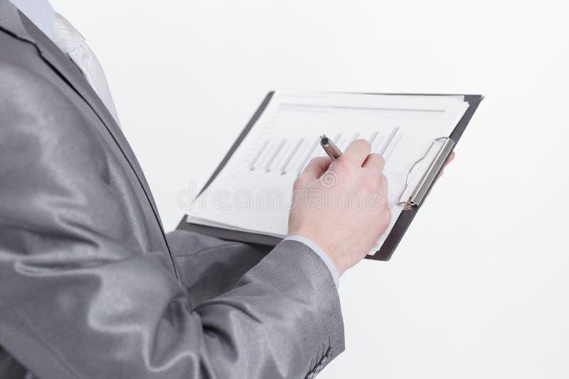 Slapp fokus säker affärsman med finansiella dokument royaltyfri bild