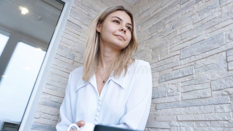 Slapp fokus Ung affärskvinna med en kopp kaffe och en anteckningsbok fotografering för bildbyråer