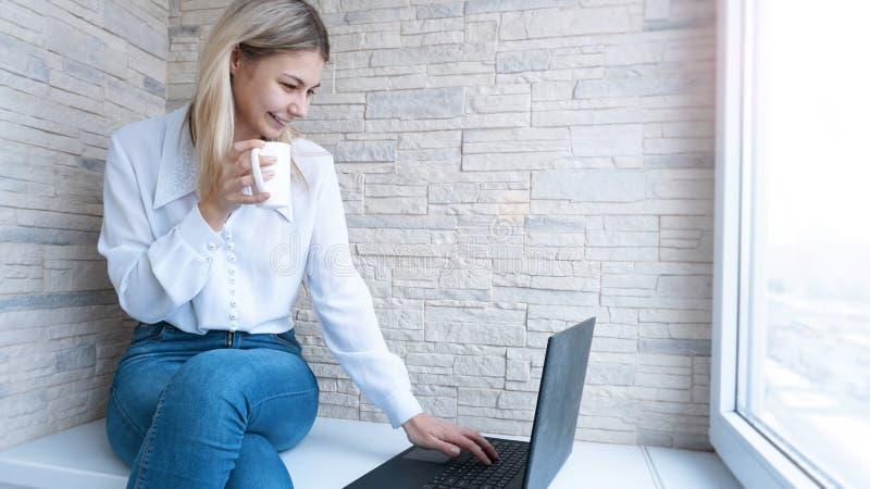 Slapp fokus Ung affärskvinna med en kopp kaffe och en anteckningsbok royaltyfria bilder