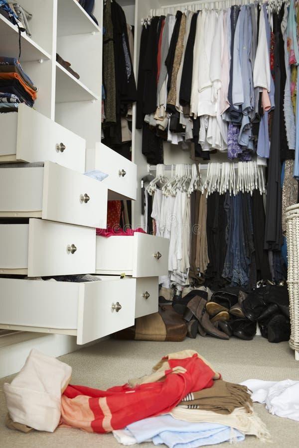 Slarvigt tonårs- sovrum med den smutsiga garderoben fotografering för bildbyråer