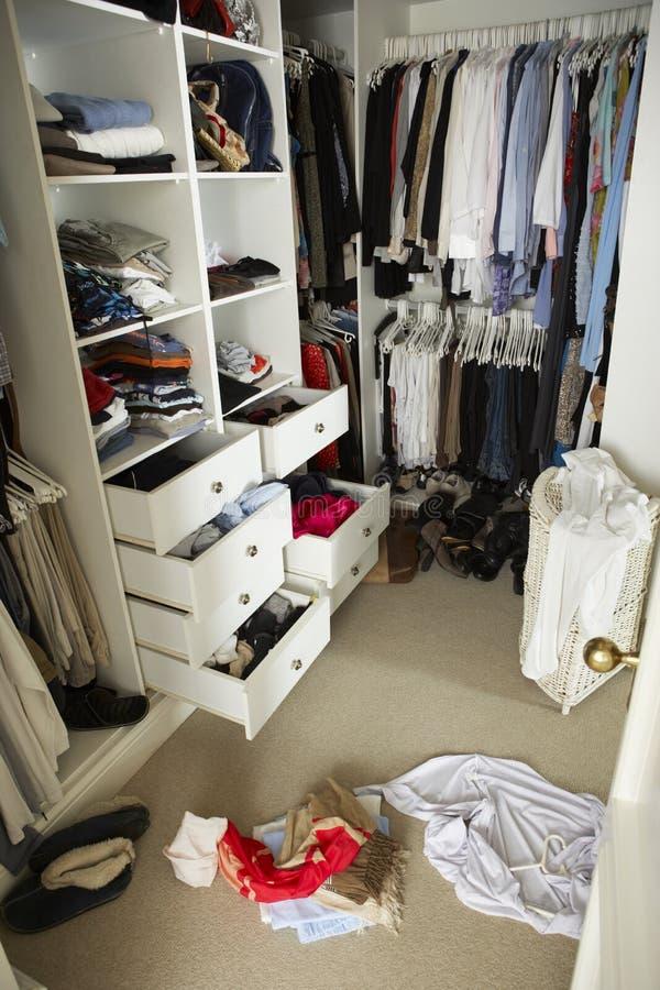 Slarvigt tonårs- sovrum med den smutsiga garderoben royaltyfri bild