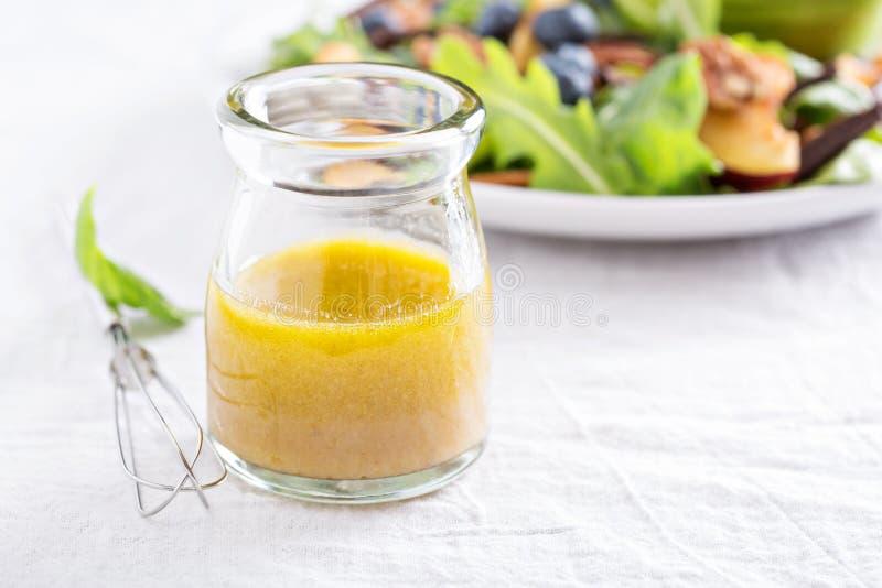 Slasaus met olijfolie en azijn stock foto