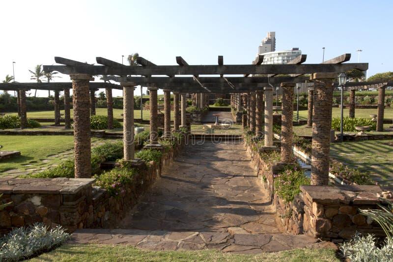 Slasto gångbana som leder till och med sjunkna trädgårdar arkivbild