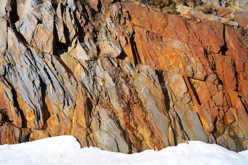 Slate la texture en pierre et la neige dans Pyrénées Espagne photos libres de droits