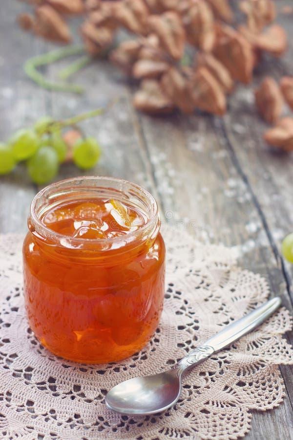 Slatko -甜被保存的白葡萄的果酱,传统塞尔维亚沙漠;wh 库存照片