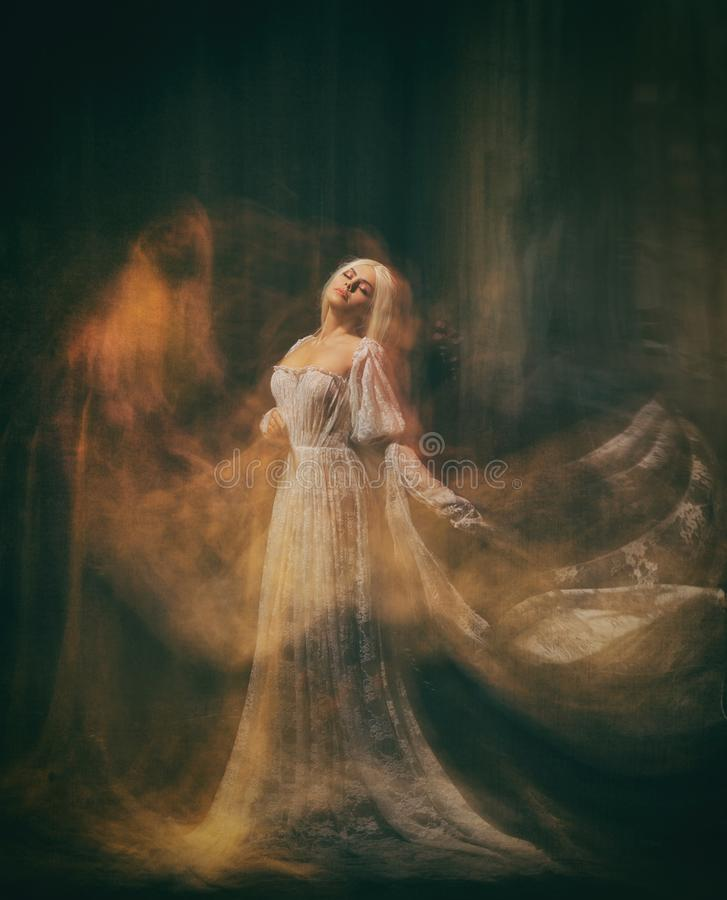 Slav tjänare av mörker Drottningalbino En blond flicka, som en spöke, i en vit tappningklänning, i ett svart rum, a arkivfoto