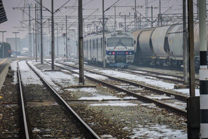 Slavonski Brod, Хорватия 1/31/2019: Вокзал покрытый со снегом с туманным днем стоковое изображение