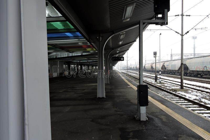 Slavonski Brod, Croatie 1/31/2019 : Station de train couverte de neige avec le jour brumeux photographie stock