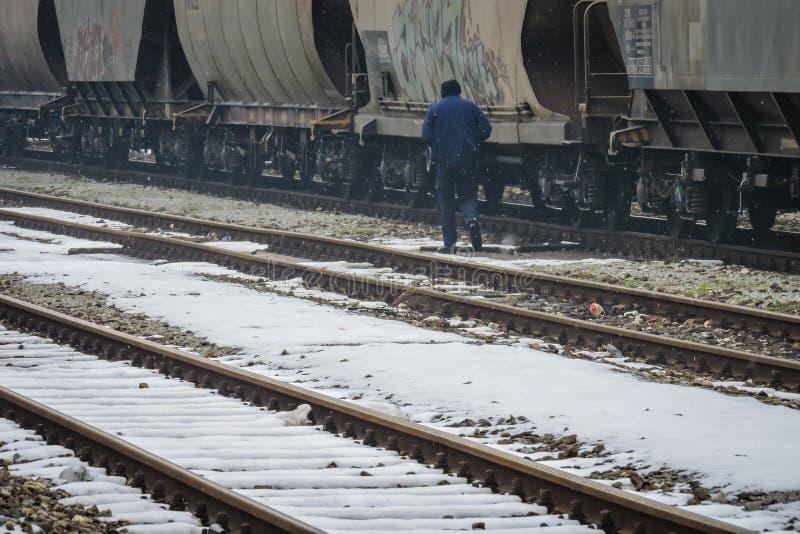 Slavonski Brod, Croatie 1/31/2019 : Station de train couverte de neige avec le jour brumeux photos stock