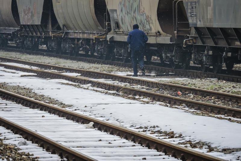 Slavonski Brod, Kroatië 1/31/2019: Station dat met sneeuw met mistige dag wordt behandeld stock foto's