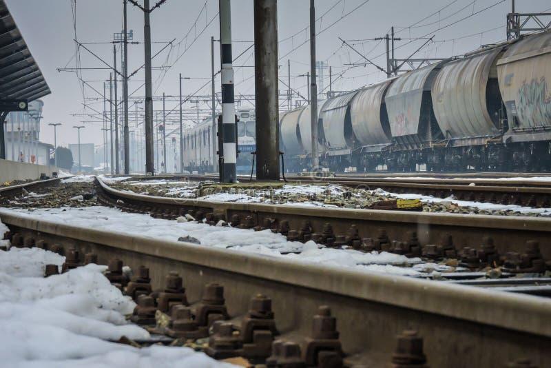 Slavonski Brod, Kroatië 1/31/2019: Station met sneeuw met mistige dag wordt behandeld die royalty-vrije stock afbeelding