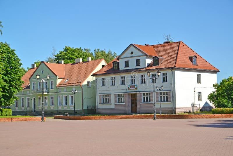 SLAVSK, RUSSLAND Historische Gebäude auf Shkolnaya-Straße Ein Haus mit einem blauen Dach Der russische Text - Phoenix-Hotel lizenzfreie stockfotos