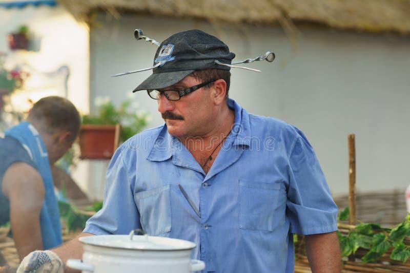 SLAVYANSK-ON-KUBAN ROSJA, LIPIEC, - 31 2015: Szef kuchni na wakacje fotografia royalty free