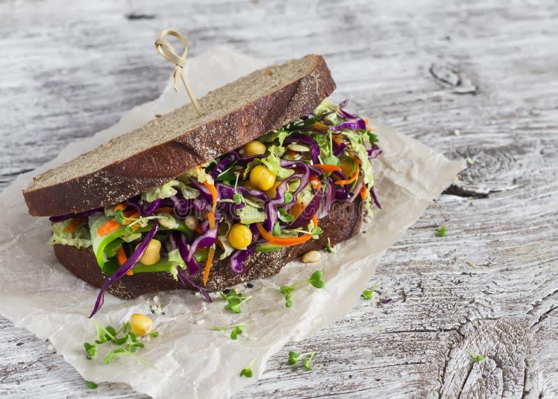 Slaw aberto do cole do vegetariano saudável delicioso e um sanduíche do grão-de-bico imagem de stock royalty free