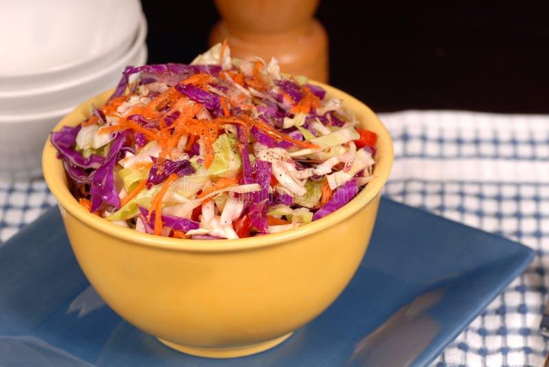 Slaw croccante del cole con la carota dentro immagine stock