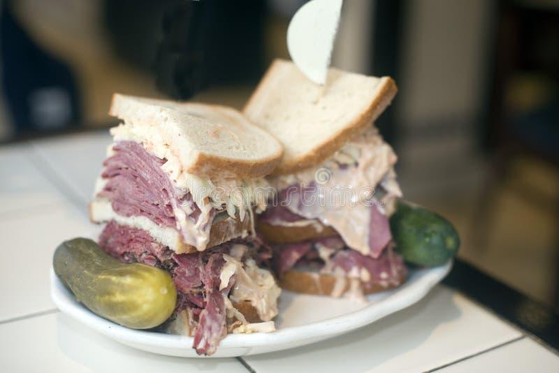 Slaw kosher e vinagreta com pimento do cole da língua da carne em lata do pastrami do sanduíche da combinação do supermercado fin imagem de stock royalty free