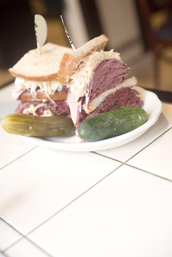 Slaw kosher e vinagreta com pimento do cole da língua da carne em lata do pastrami do sanduíche da combinação do supermercado fin fotografia de stock royalty free
