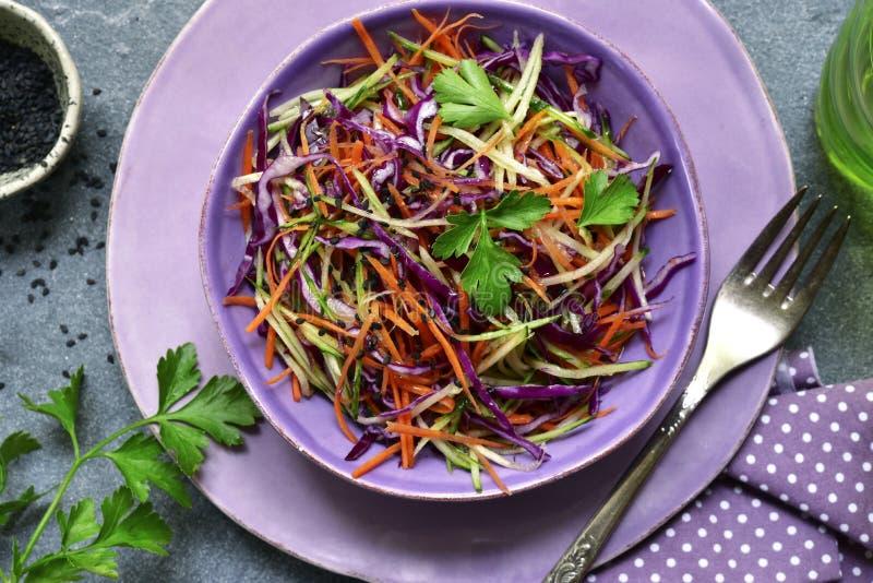 Slaw rouge de chou de salade de choux avec la carotte et le concombre Vue supérieure photographie stock