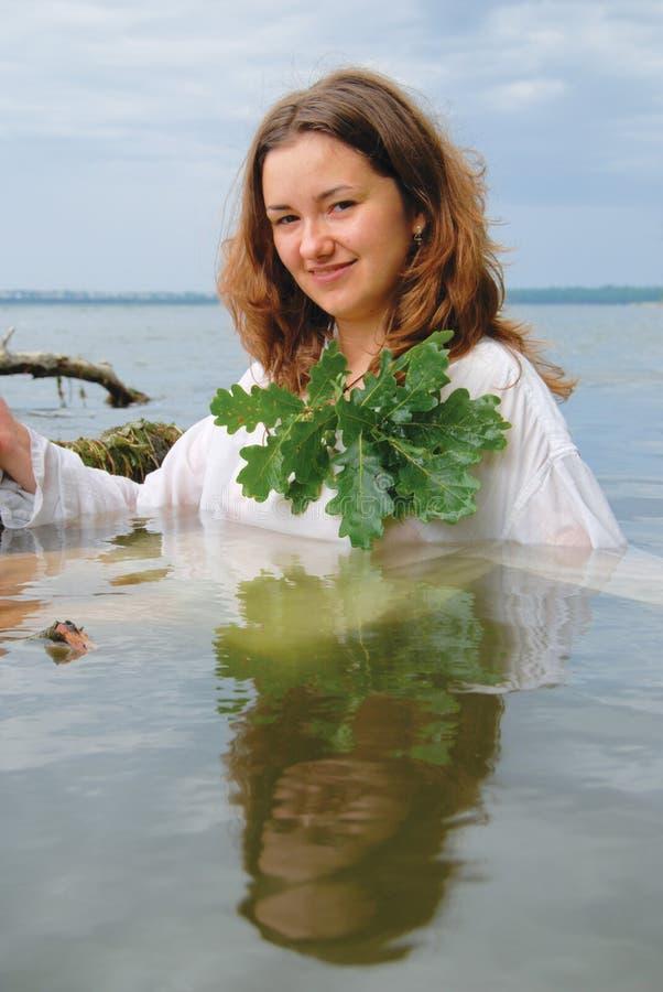 Slawische Frau im Wasser stockbild. Bild von nave, sauber