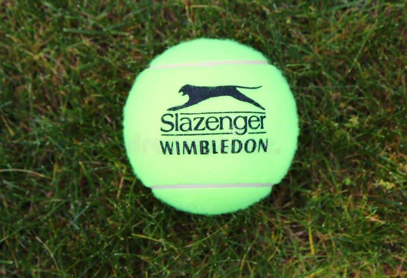 Slazenger Wimbledon tennisboll på grästennisbanan royaltyfria bilder