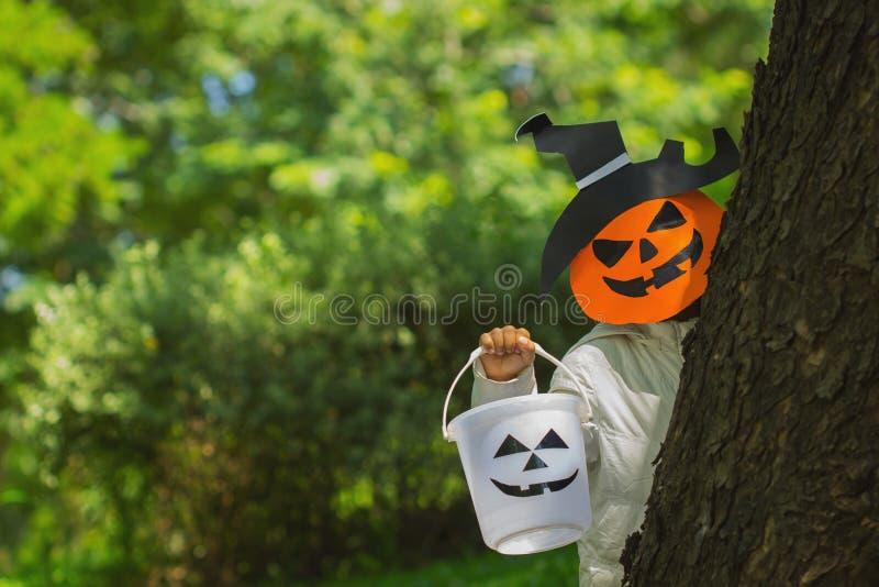 Slecht jonge geitjesspel Halloween met het masker royalty-vrije stock foto's
