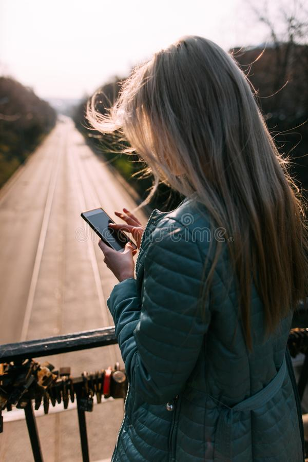 Slecht nieuws op mobiele telefoon Meisje met gadget royalty-vrije stock afbeelding