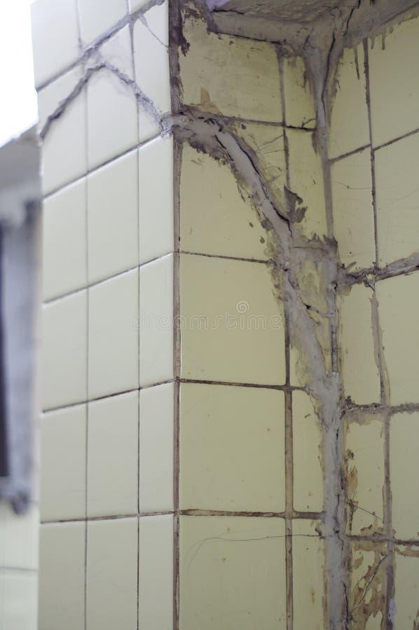 Slecht vast van het breken van het gebarsten pijler eindigen met lichtgele tegels royalty-vrije stock afbeelding