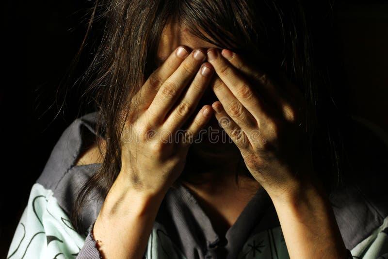Slecht vuil meisje die met handen op haar gezicht schreeuwen stock foto