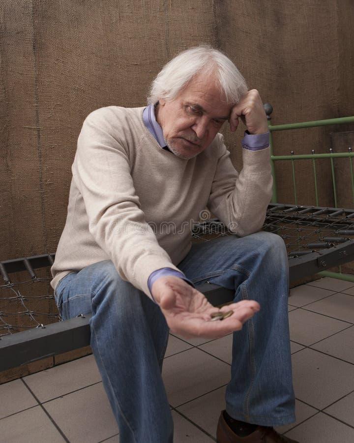 Slechte eenzame mannelijke gepensioneerde royalty-vrije stock afbeelding