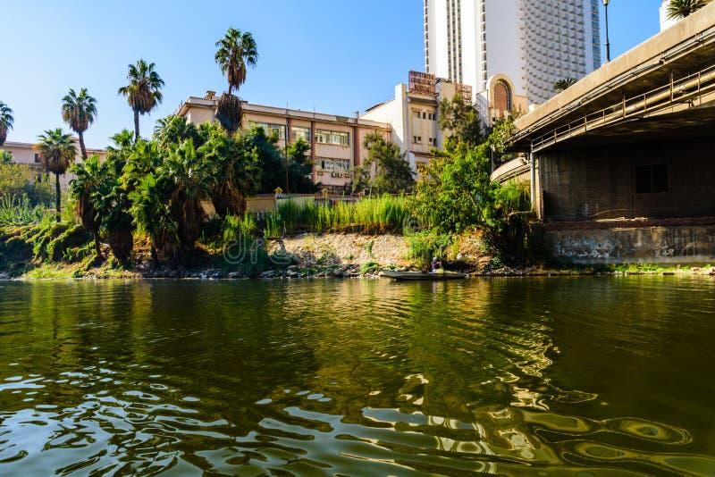 Slechte Egyptische visser in boot op de rivier van Nijl royalty-vrije stock foto