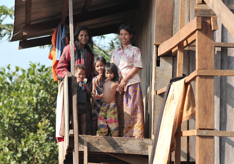Slechte gelukkige kinderen in het dorp van de etnische minderheidbunong van Kambodja stock foto