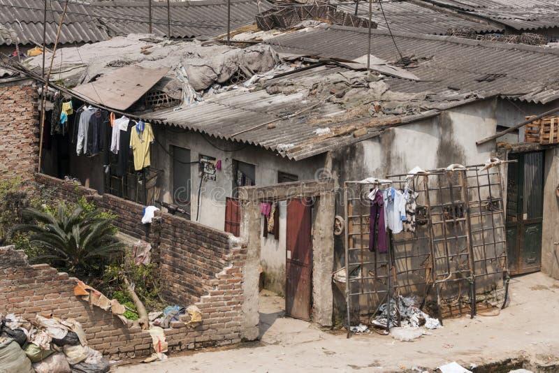 Slechte huisvesting in centraal Hanoi. stock foto