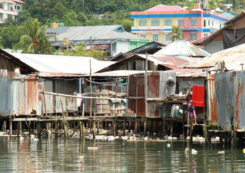 Slechte huizen door het overzees stock foto
