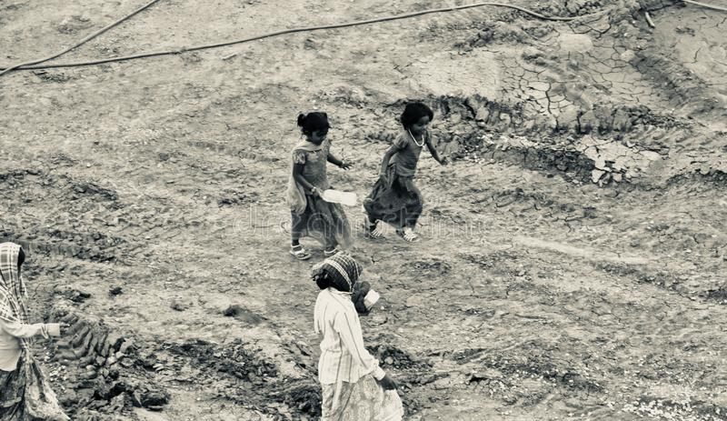 Slechte Indische vrouwenarbeiders die door een bouwwerf lopen royalty-vrije stock foto's