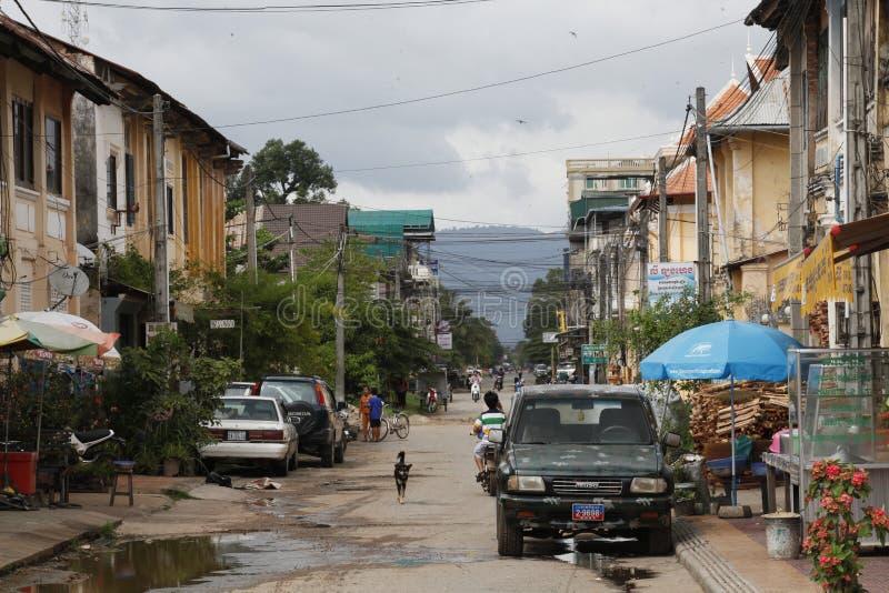Slechte leuk weinig straat in het centrum van Kep-stad in Aziatisch c royalty-vrije stock afbeeldingen
