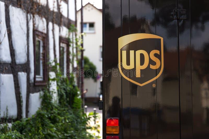 Slechte nauheim, hesse/Duitsland - 28 06 18: UPS-vrachtwagenembleem in slechte nauheim Duitsland royalty-vrije stock foto