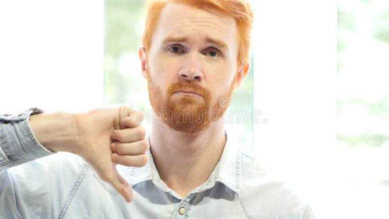 Slechte Prestaties, die van Idee, Duimen neer door de Jonge Rode Mens van de Haarbaard niet houden royalty-vrije stock afbeeldingen