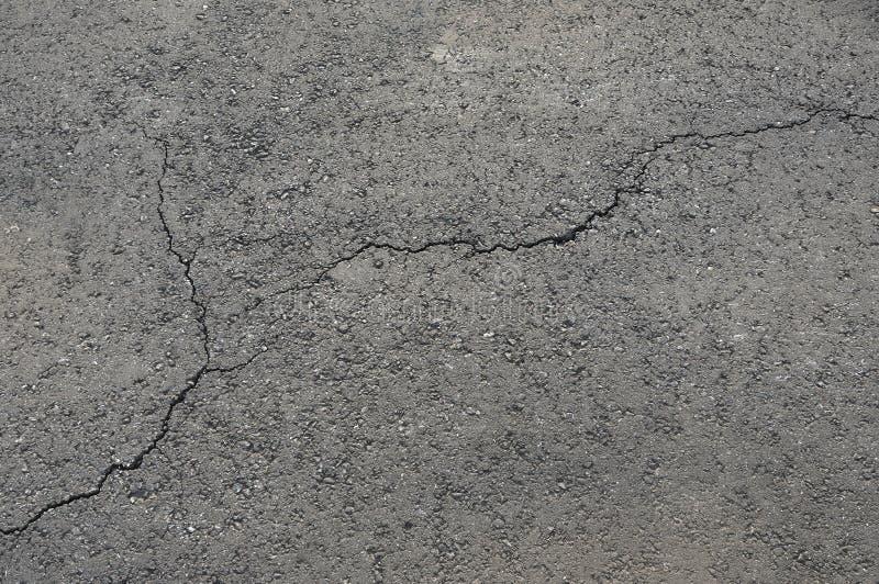 Slechte staat van het wegdek Mening aan het kasteel van de werelderfenis van Cesky Krumlov Gat in het asfalt, risico van beweging stock foto