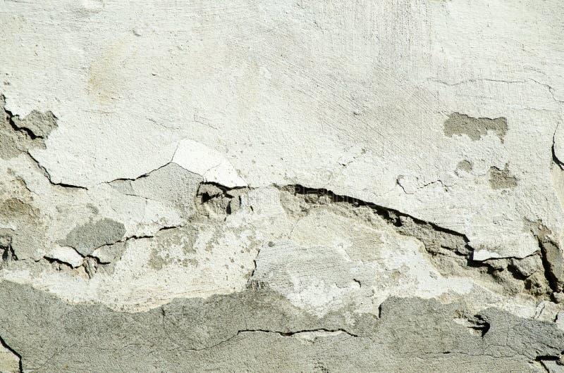 Slechte stichtingsbasis op oud huis of de de bouw gebarsten muur van de pleistervoorgevel met baksteenachtergrond royalty-vrije stock foto