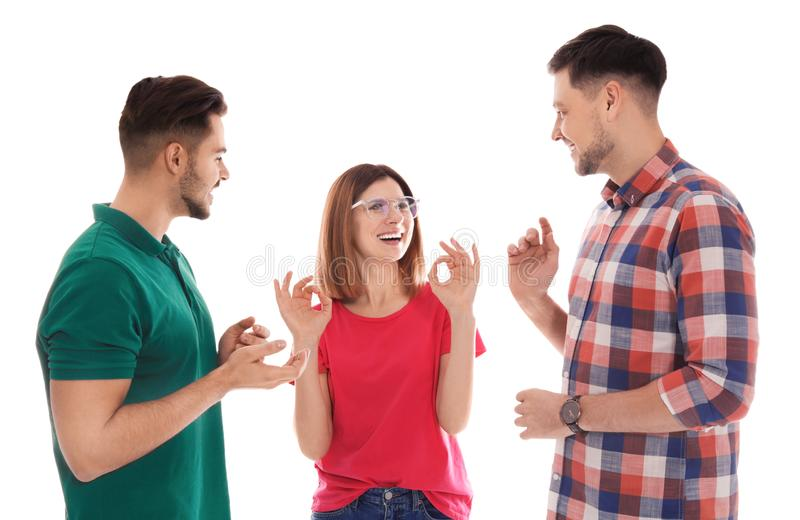 Slechthorende vrienden die gebarentaal voor geïsoleerde mededeling gebruiken stock foto