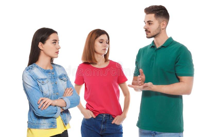 Slechthorende vrienden die gebarentaal voor geïsoleerde mededeling gebruiken royalty-vrije stock afbeelding