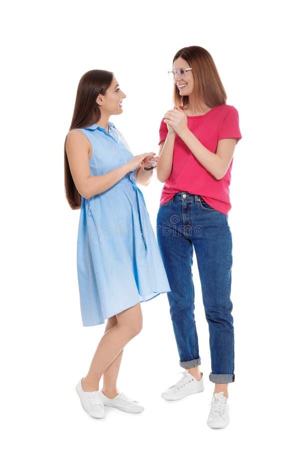 Slechthorende vrienden die gebarentaal voor ge?soleerde mededeling gebruiken royalty-vrije stock afbeeldingen