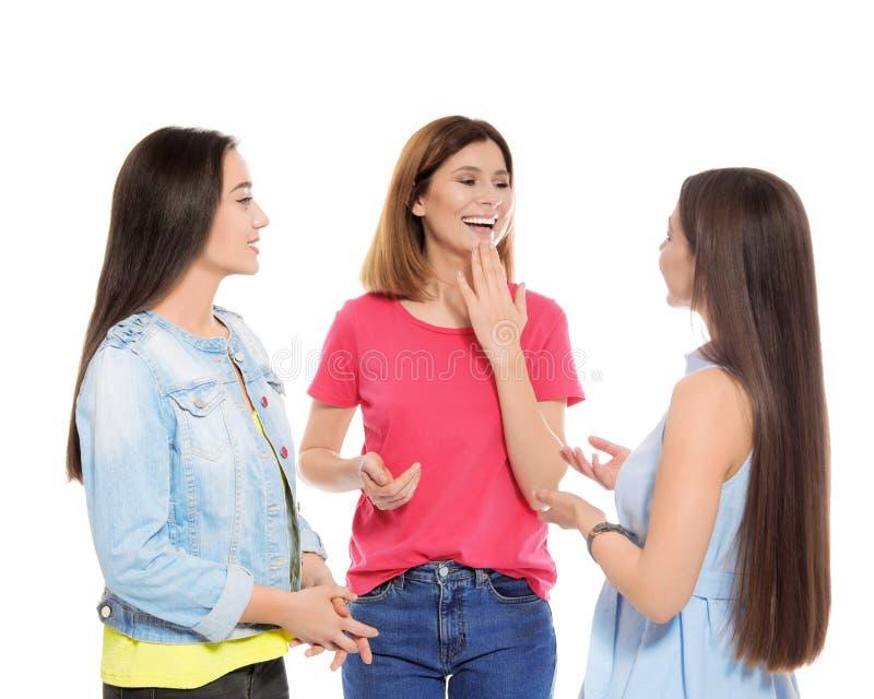 Slechthorende vrienden die gebarentaal voor ge?soleerde mededeling gebruiken stock foto