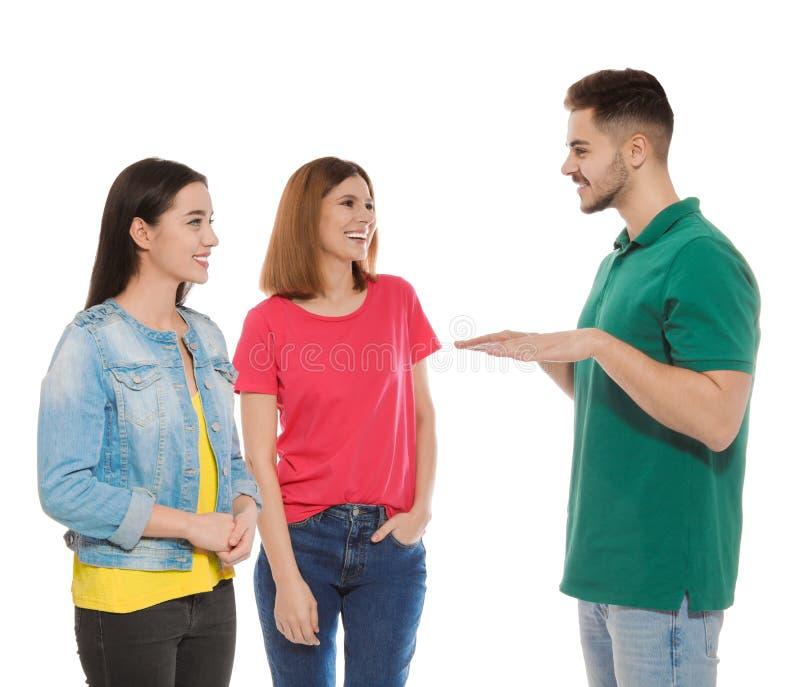 Slechthorende vrienden die gebarentaal voor mededeling gebruiken stock fotografie