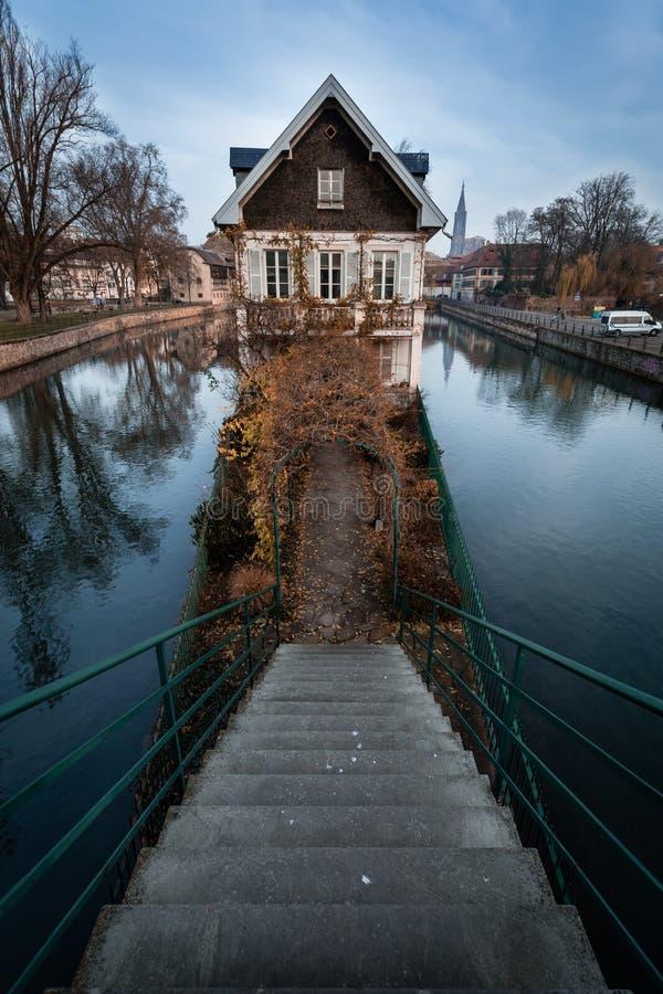 Slechts één huis op de rivier - Straatsburg stock fotografie