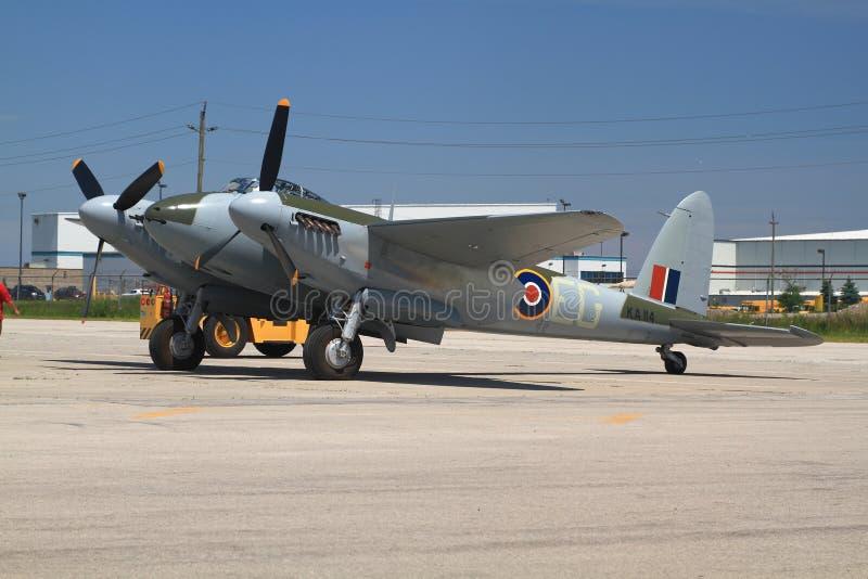 slechts in de wereld die De Havilland DH vliegen 98 mug voor manifestatievlucht die wordt gesleept stock afbeelding