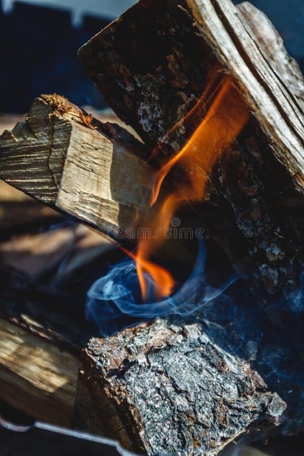 Slechts nam hij geleken de brand onder de houten-brand in de grill stock fotografie