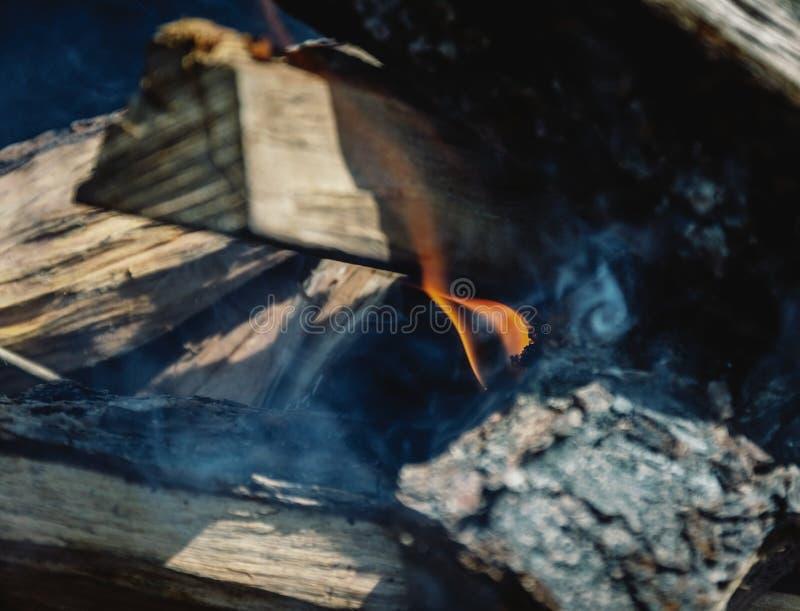 Slechts nam hij geleken de brand onder de houten-brand in de grill royalty-vrije stock foto