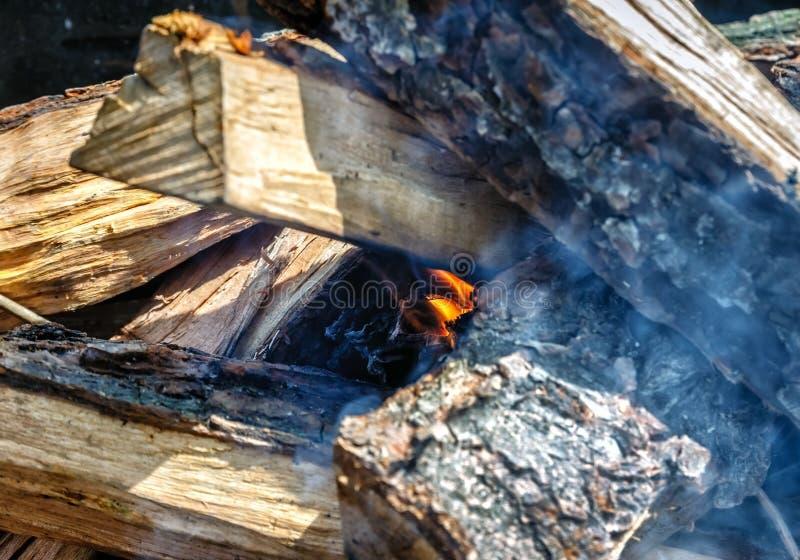 Slechts nam hij geleken de brand onder de houten-brand in de grill stock foto's